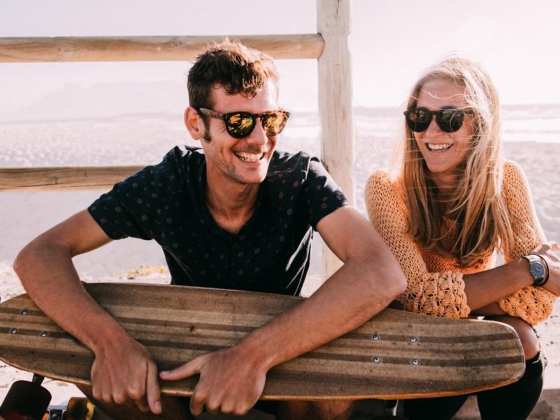 couple at the beach enjoying casual dati