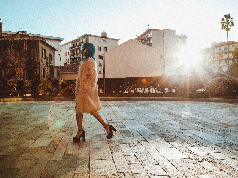 woman walking with sunlight behind her inspired to leave by toxic relationship quotes